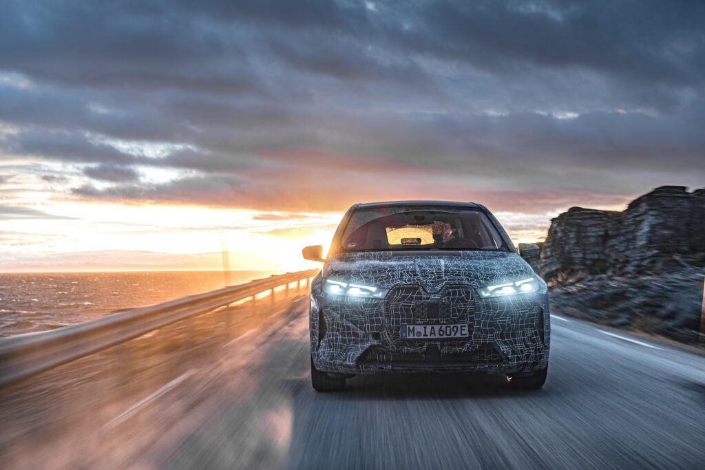 BMW iX podczas testów zimowych